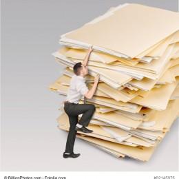 Mann erklimmt Papierberg Bild: Was sind die Vorteile der Digitalisierung?